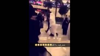 بالفيديو.. القبض على ممثل كويتي شهير بالرياض بعد التقاطه صور مع معجبات
