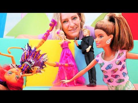 Spielspaß mit Barbie und Nicole. Der Schönheitswettbewerb. Video für Kinder.