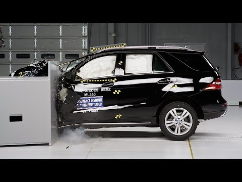 2014 Mercedes-Benz M-Class driver-side small overlap IIHS crash test