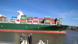 Containership Triton einlaufen Hamburg