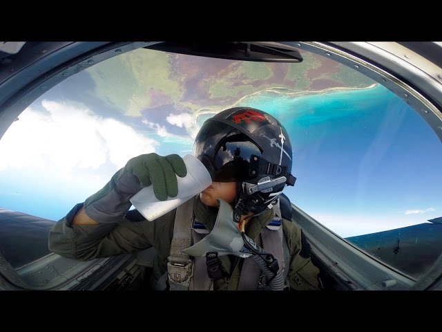 ¿Se puede beber agua en un avión de combate estando boca abajo?
