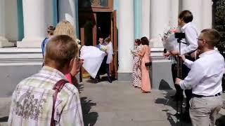 Выносит невесту на руках из ЗАГСА. Уже муж и жена.