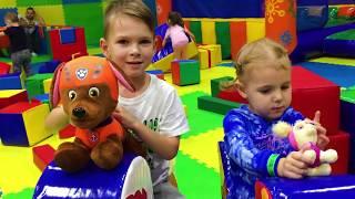 Ваня и Маруся на детской игровой площадке Развлечения для детей