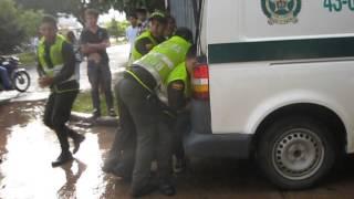 la policia berraca golpiando dos jovenes en villanueva casanare