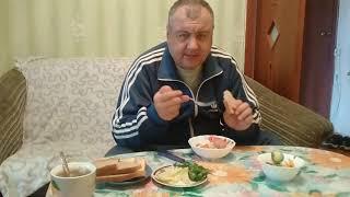 Ем на камеру.Жареная картошка со шпикачками,летний салатик,зеленый чай с печеньем и сыром!