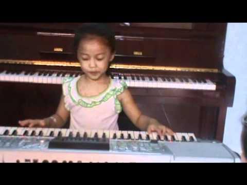 nang som jerry phuong (4 years old play organ keyboard)