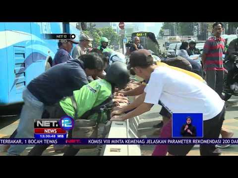 Protes Penutupan Jalan Mampang, Warga Bongkar Beton Pembatas - NET 12