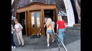 Смотреть видео Прогулка парк ВДНХ (Выставка Достижений Народного Хозяйства) в центре московского парка летом днем онлайн