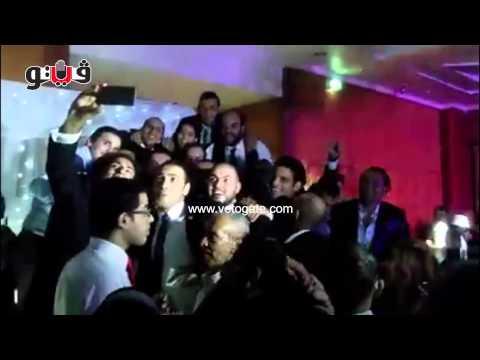 «ربيع» يلتقط السيلفي مع عروسه وفريق مسرح مصر