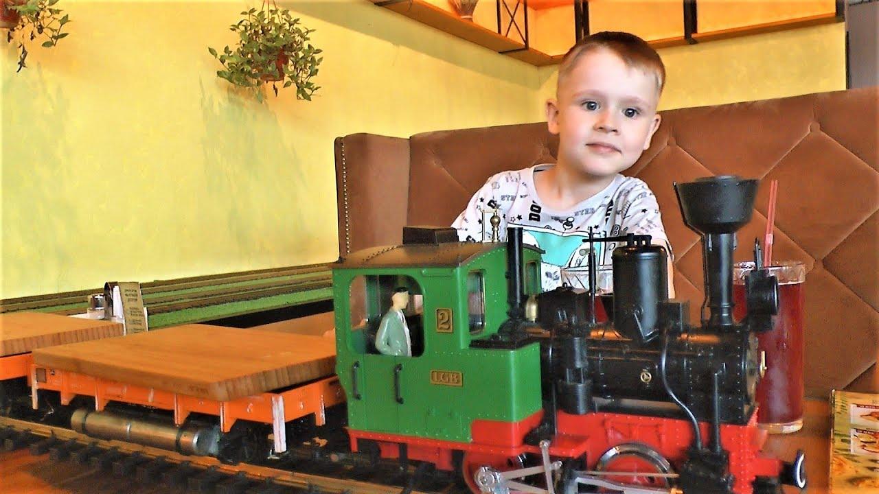 Поезд официант Макс в кафе где еду привозят поезда Видео для детей