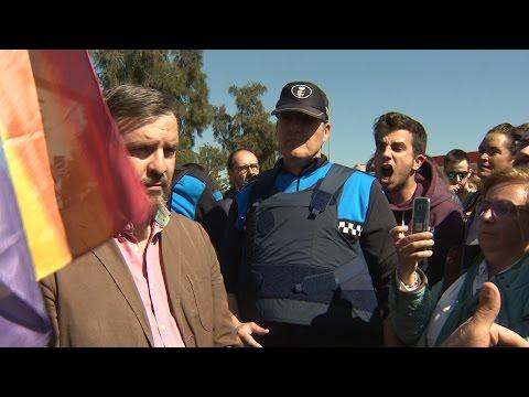Tensión durante la llegada de Hazte Oír a Pallejà