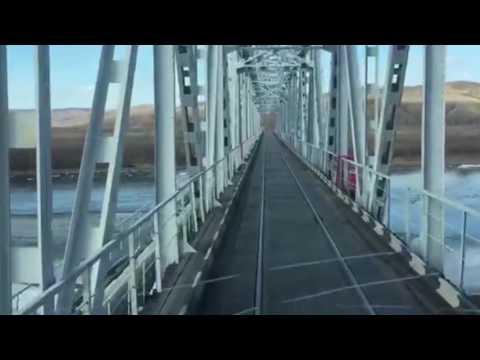 Фура едет по жд мосту
