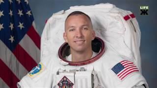 Американський астронавт подарував житомирському музею прапор України, який був розгорнутий на орбіті