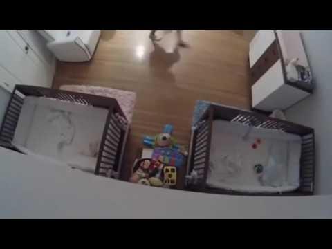 Niño salva a su hermano al caer de la mesa.