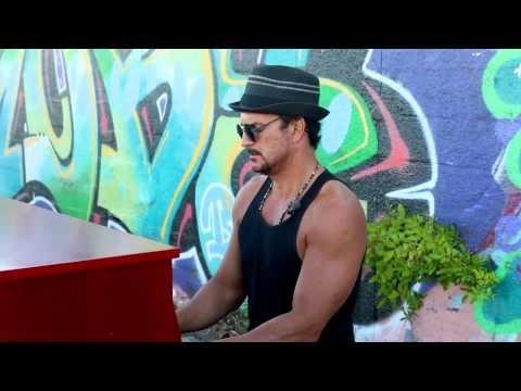 """Ricardo Arjona cantando """"Apnea"""" al piano y en la calle"""