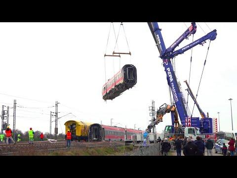 Treno deragliato a Lodi: il primo vagone sollevato e caricato su un camion