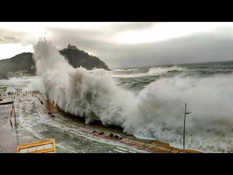 أمواج هائلة مخيفة تضرب ساحل إسبانيا ، سان سيباستيان