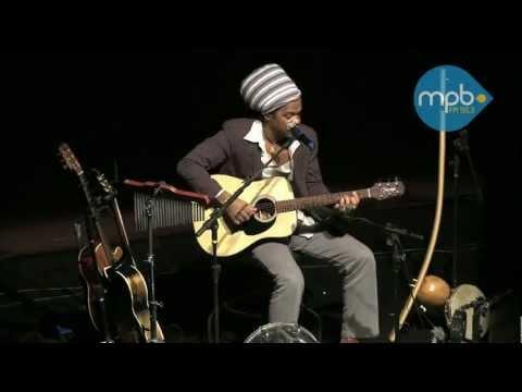 Carlinhos Brown tocando Vumbora Amar e Rapunzel Acústico