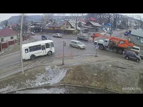 В Усть-Куте на перекрестке забуксовал автобус