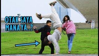 PRANK Jalan Pakai Tangan Di Depan Orang2 - Bingung Kok Bisa Gitu WKWK LAND