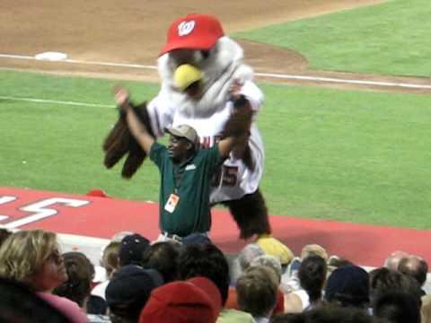 Mascotte dance at Washington