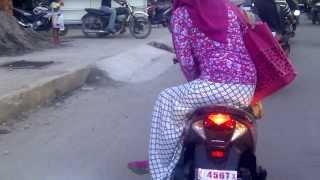 Download Video Cewek Aceh nyaman duduk nyamping   Lhokseumawe 2013 MP3 3GP MP4