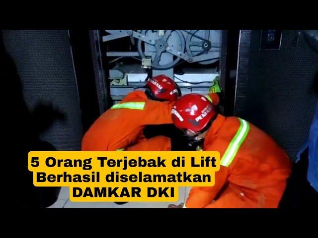 Lima Orang Terjebak Dalam Lift Pusat Perbalanjaan Berhasil Dievakuasi Anggota Damkar DKI