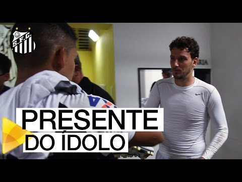 Elano presenteia jogador do Santos (AP)