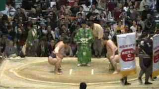 平成25年大相撲春場所7日目、結び前の時天空対白鵬戦で時間前の立合い...