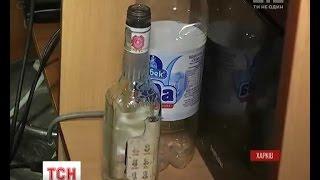 Отруйний спирт, через який загинули десятки людей, досі може бути в продажу(UA - Отруйний спирт, через який загинули десятки людей, досі може бути в продажу. На Харківщині під варту взял..., 2016-10-11T22:11:29.000Z)