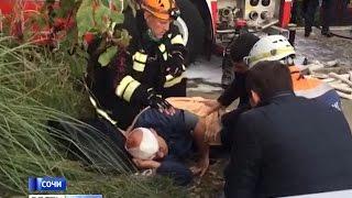 Появились первые версии крушения вертолета в Сочи(Все раненые — жители Москвы и Томской области. Личность погибшего мужчины пока не опознана. Читайте на..., 2016-11-01T15:13:07.000Z)