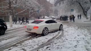 Ужас! Киев засыпает снегом! Машины не могут выехать под горку