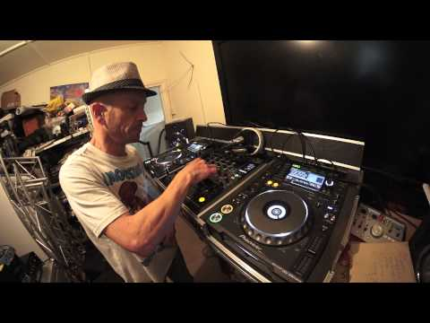 DJ TUTORIAL ON MIXING DRUM AND BASS FINDING THE TIMING AND COUNTING BARS BY ELLASKINS