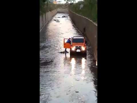 Homem entra com carro em córrego de Taboão da Serra e resgata cachorro