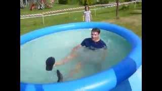 Hození Jardy do bazénu
