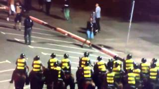 Torcedor corinthiano tentando agredir a polícia