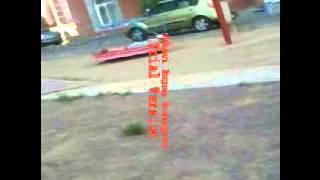 Лежащий мальчик играет в машинку на карусели!