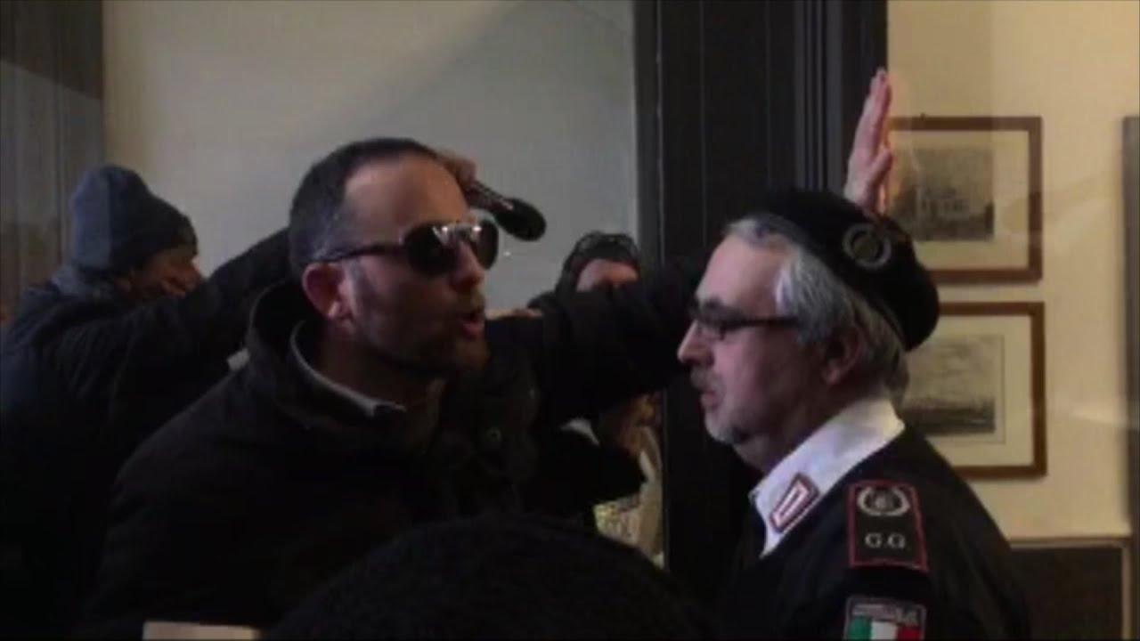 Arezzo, risparmiatori tentano di entrare nella sede di Banca Etruria