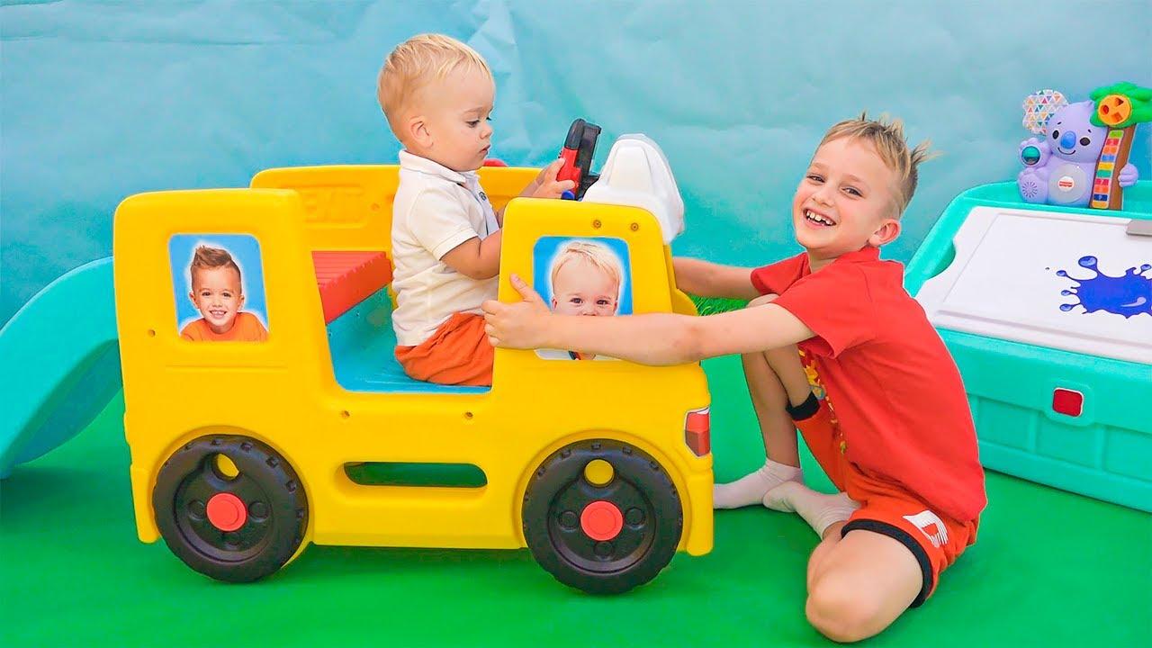 Влад и Никита играют с маленьким Крисом - Веселые истории для детей