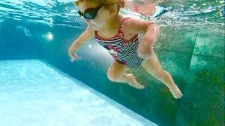 В бассейне с малышом / грудничковое плавание / Diving swimming baby / Baby swimming