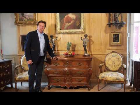 Commode tombeau d'époque Louis XV présentée par l'antiquaire Philippe Leclercq