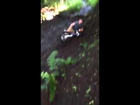 Wee tam fall aff he's bike