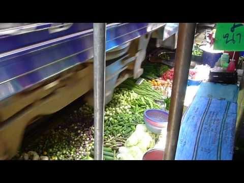 El mercado atravesado por las vías del tren de Mae Klong, Tailandia