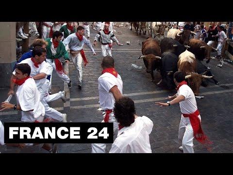 Espagne : Spectaculaire lâcher de taureaux dans les rues de Pampelune