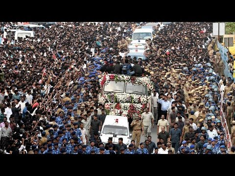 huge-crowd-gathers-for-amma's-last-glimpse