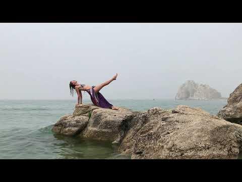 девушка - йог отдыхает на природе в купальнике