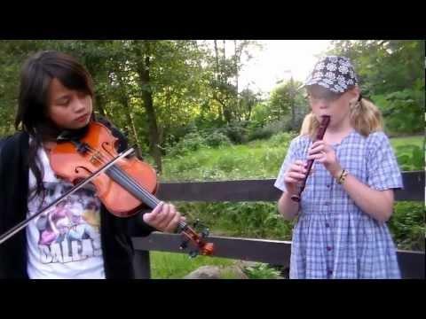 Alma Carr (11år) på flöjt o Julia Frölich (12 år) fiol   samt Thomas Tellving spelar i Våxtorp