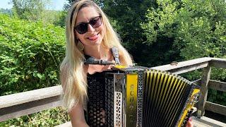 Die lustige CLAUDIA spielt die TIROLER BUAM POLKA auf ihrer Steirischen Harmonika!
