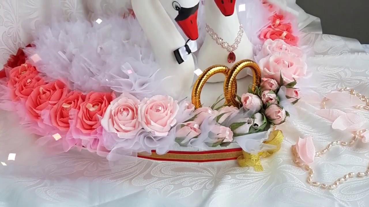 Свадебные  лебеди  из  конфет.