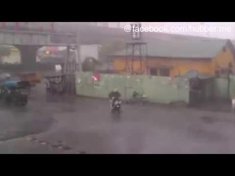 Todesmutig oder einfach nur dumm? Diese Moped-Fahrerin trotzt dem Sturm